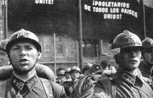 Красноармейцы 1-й Московской Пролетарской стрелковой дивизии на параде 1 мая 1938 года, в шлемах Адриана.
