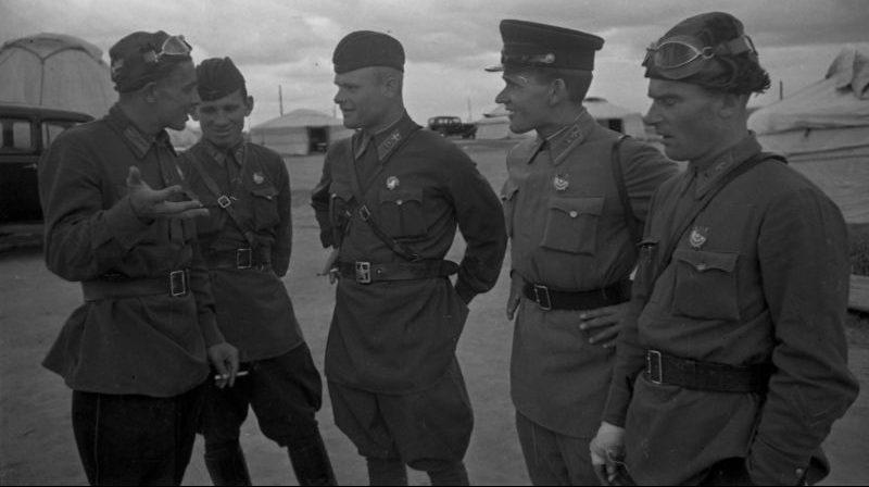 Летчики советской истребительной авиации во время боев на Халхин-Голе. 1939 г.