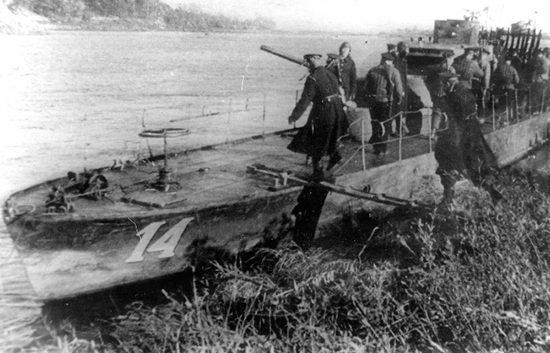 Погрузка десанта морской пехоты на малый речной бронекатер БК-14 Днепровской флотилии.