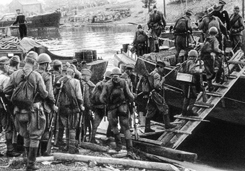 Погрузка десантников на корабли.