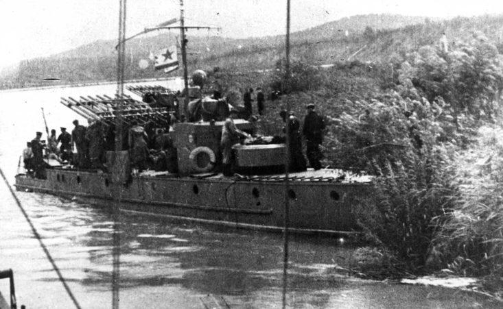 Бронекатера артиллерийской поддержки с реактивными установками.