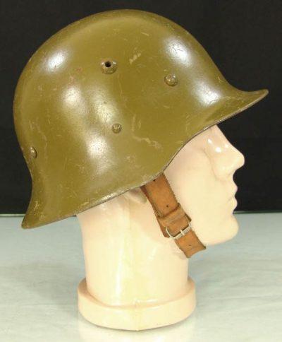 Пехотная каска образца 1936 года первых лет выпуска.