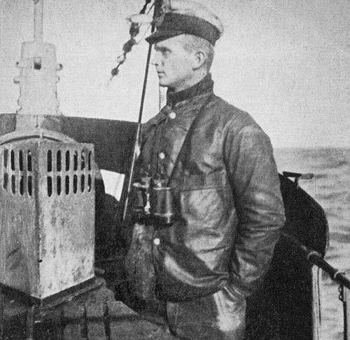 Обер-лейтенант Карл Дёниц в качестве вахтенного офицера U-39. 1918 г.