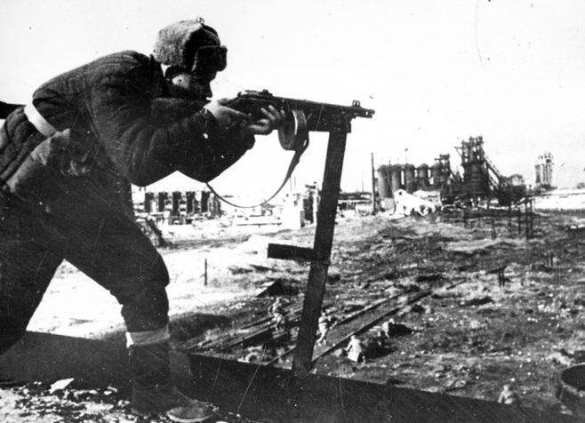Советский автоматчик в бою на территории металлургического завода им. Войкова в Керчи.
