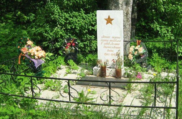 д. Большое Плоское Лихославльского р-на. Памятник, установленный на братской могиле советских воинов, погибших в годы войны.