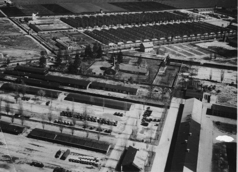 Лагерть Дахау с высоты. На переднем плане - городок СС, на дальнем – бараки концлагеря.