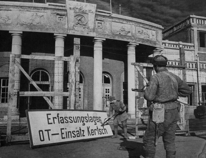 Воины-освободители снимают немецкую вывеску со здания клуба им.Энгельса в Керчи. Апрель, 1944 г.