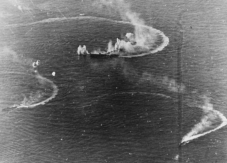 Авианосец Zuikaku (в центре) и два эсминца под атакой авианосца ВМС США.