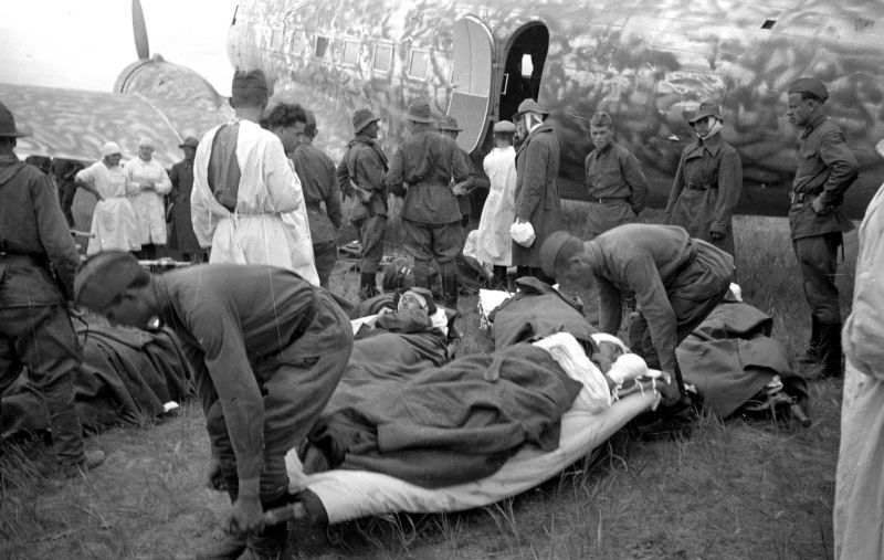Красноармейцы и медработники у самолета DC-3 во время погрузки раненных на Халхин-Голе. 1939 г.