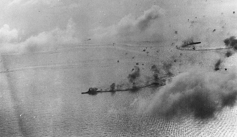 Японские корабли под ударом американской авиации во время битвы при Марианских островах.