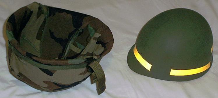 Двухэлементное устройство шлема М1. Слева - стальная оболочка шлема толщиной в 1 мм в камуфлирующем чехле «Woodland» весом в 1 кг. Справа - жёсткий подшлемник из органотекстолита весом в 350 г.