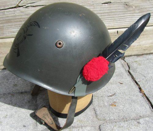 Каска М33 для берсальеров, украшенная боковым султаном.