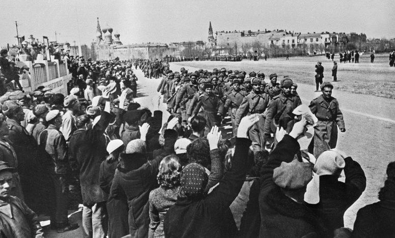 Одесситы встречают Красную Армию.