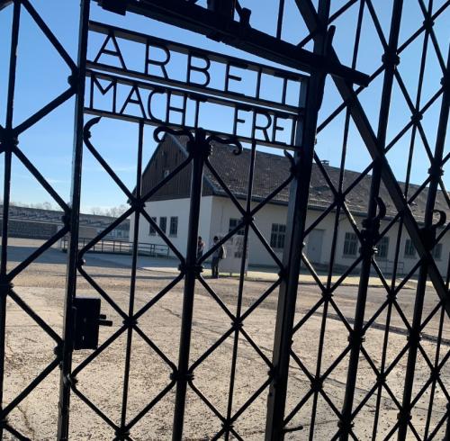 Ворота в концлагерь Дахау с философской надписью «Работа освобождает вас».