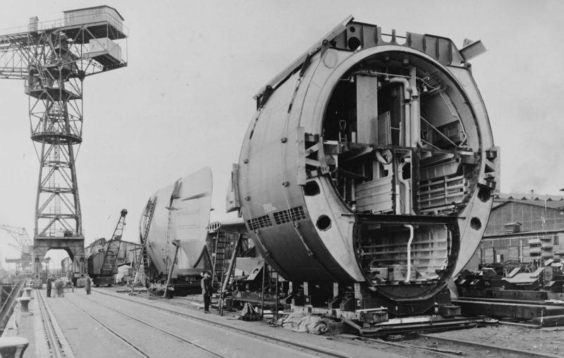 Дизель-электрические подлодки XXI серии на стапелях Бремена. Апрель 1945 г.