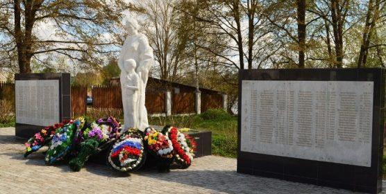 п. Селижарово. Памятник советским воинам и погибшим землякам.