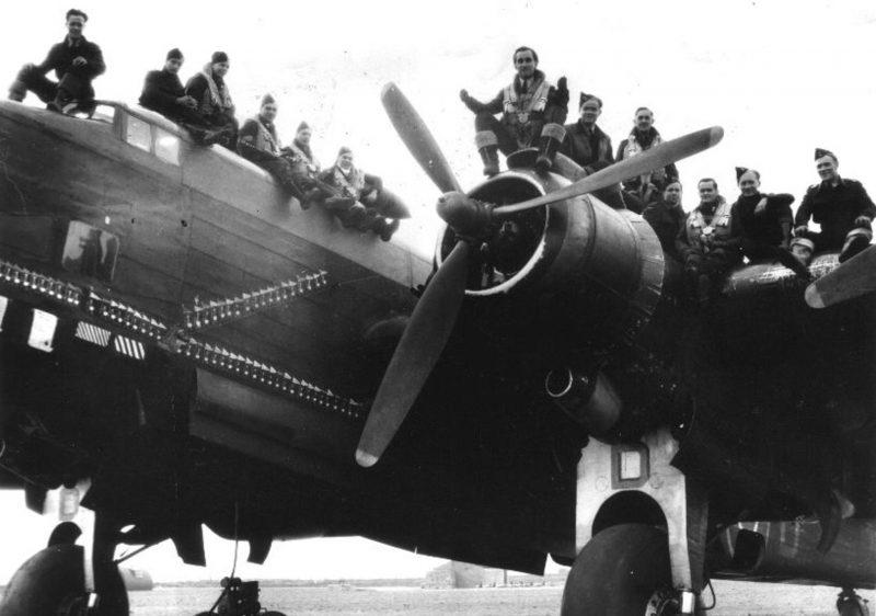 Экипажи британских бомбардировщиков перед вылетом на бомбардировку. 14 октября 1944г.