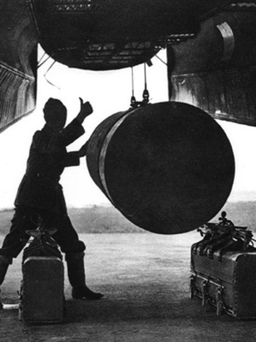 Погрузка бомб в британский бомбардировщик. 14 октября 1944г.
