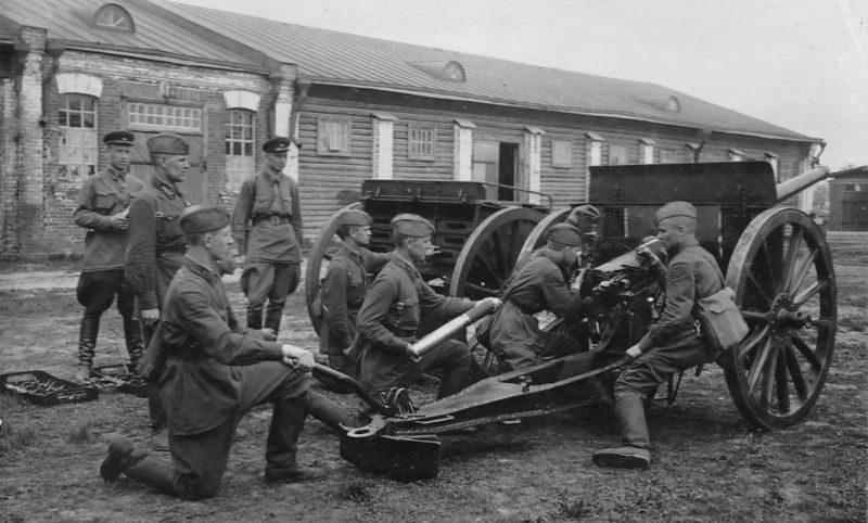 Курсанты Тамбовского артиллерийского училища на занятиях по огневой подготовке. 1940 г.