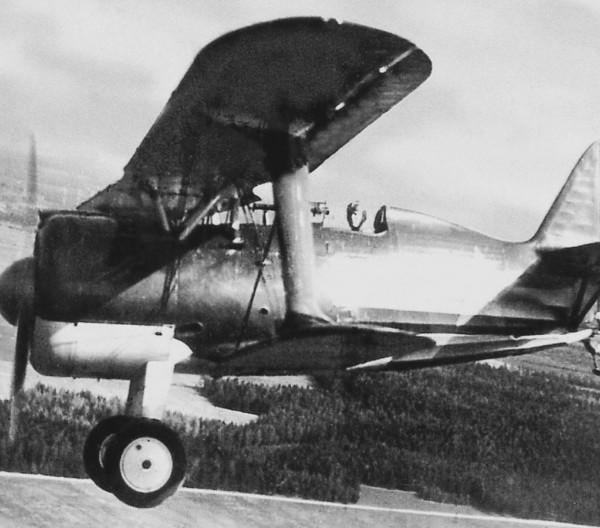 Истребитель И-15бис в полёте. 1939 г.