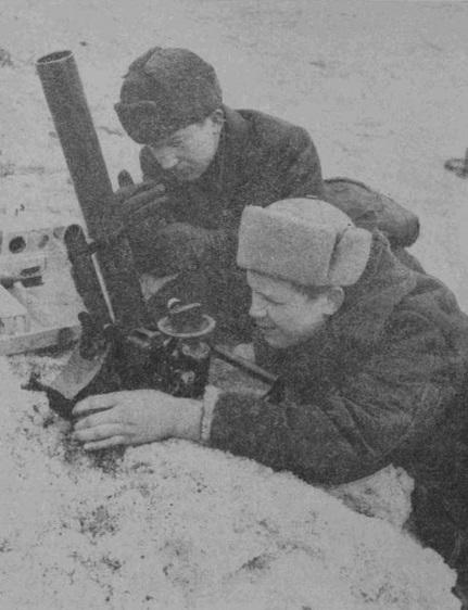 Расчет 50-мм ротного миномета. 1940 г.