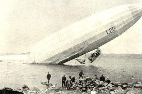 Немецкий военно-морской цеппелин L20 после вынужденной посадки возле побережья Норвегии. 1916 г.