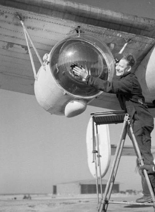 Прожектор «Leigh Light», установленный под крылом самолета «Consolidated Liberator» прибрежного командования Королевских ВВС. 1944 г.