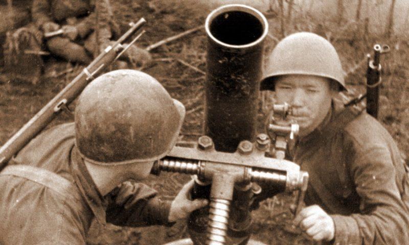 Расчет 120-мм полкового миномёта образца 1938 года. 1940 г.