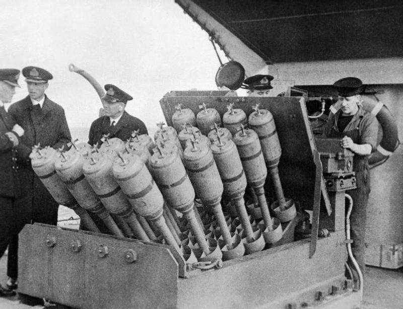 Бомбомёт «Хеджхог» на борту эсминца.