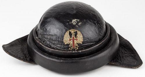 Итальянский шлем М35 с испанским распознавательным знаком спереди шлема.