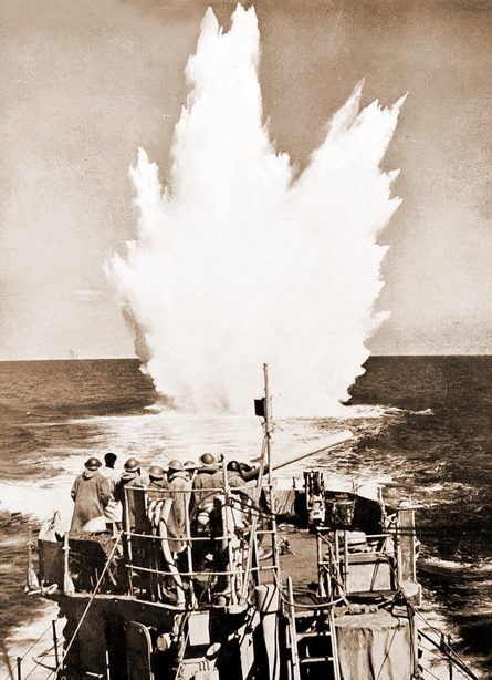 Атака подлодки глубинными бомбами.