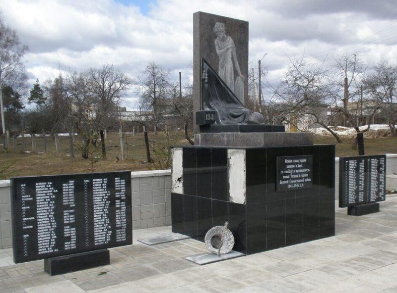 г. Лихославль. Памятник на территории льнозавода, установленный на братской могиле советских воинов.