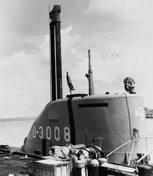 Шноркель рядом с перископом на подводной лодке U-3008.