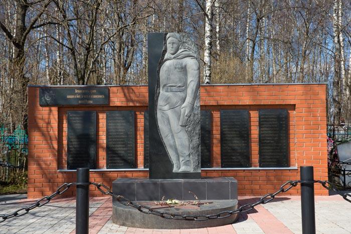 г. Лихославль. Памятник на городском кладбище, установленный на братской могиле советских воинов.