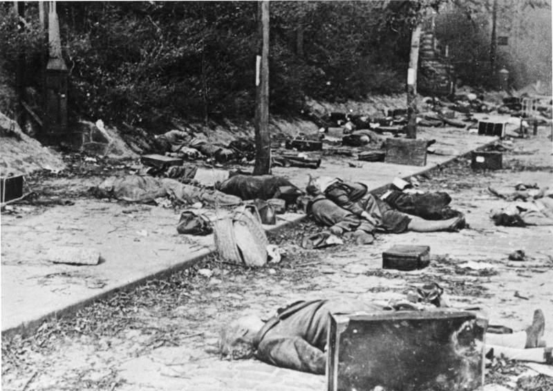 Трупы беженцев на улицах города. 15 октября 1944 г.