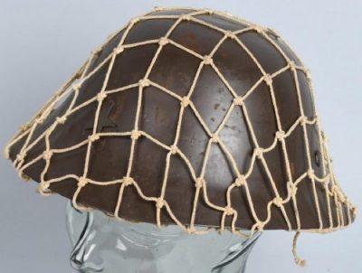 Каска гражданской обороны с сетчатым покрытием и подкладкой.