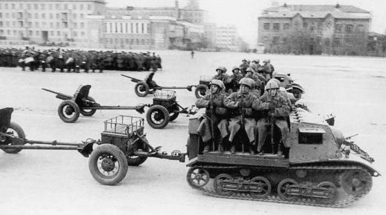 Противотанковые пушки 45-мм образца 1937 года на параде. 1940 г.