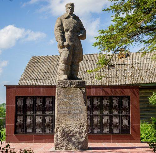 с. Первитино Лихославльского р-на. Памятник летчику Герою Советского Союза А.Т. Севастьянову, установленный в 1966 году и стела с именами погибших земляков.