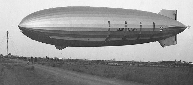 Военный дирижабль Акрон (ZRS-4) при посадке в Саннивейл, Калифорния. 1932 год.