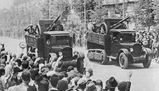 76-мм пушки образца 1902/30 года в кузове вездеходов ЗИС-22 на параде. Кишинев 1940 г.