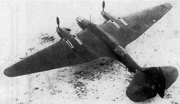 Двухмоторный пикирующий бомбардировщик Ар-2 на аэродроме. 1940 г.