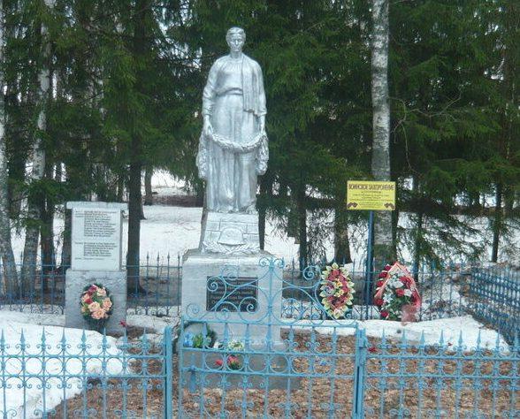 д. Сосновицы Лихославльского р-на. Памятник, установленный на братской могиле советских воинов.