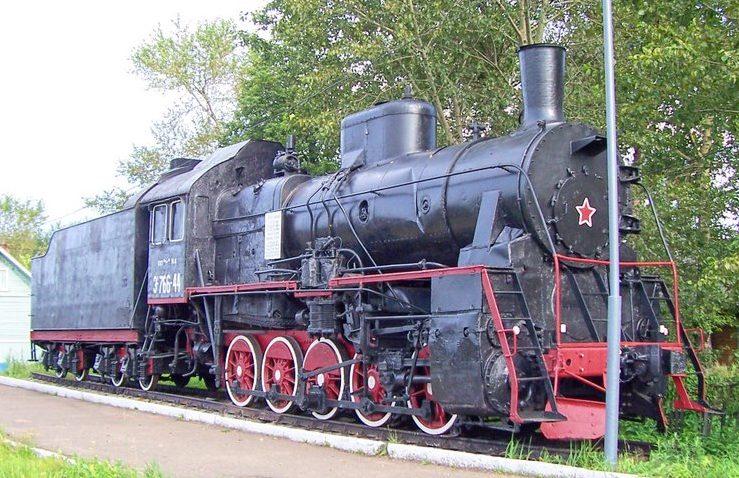 п. Сонково. Памятник-паровоз Э-766-44, осуществлявший военные перевозки в годы войны и установленный на вечную стоянку на станции Сонково в 1995 году.