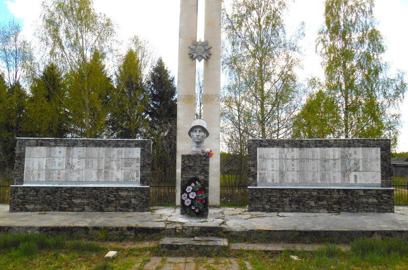 д. Кистутово Максатихинского р-на. Памятник, установленный на братской могиле советских воинов.