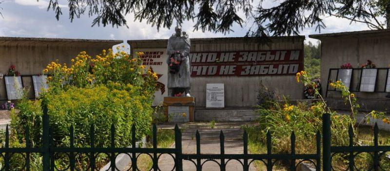 д. Корчмидово Зубцовского р-на. Памятник, установленный у 10 братских и 8 индивидуальных могил советских воинов.