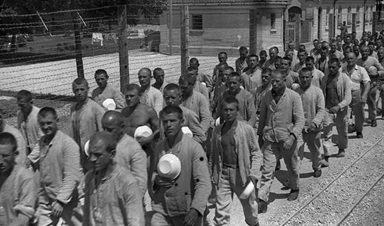 Заключенные на пути к раздаче еды.
