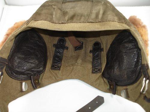 Шлемофон пилота зимний из брезента с мягкими клапанами наушников.
