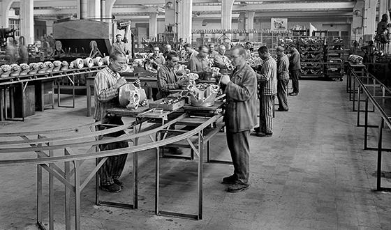 Заключенные концлагеря работают в цехе концерна BMW.