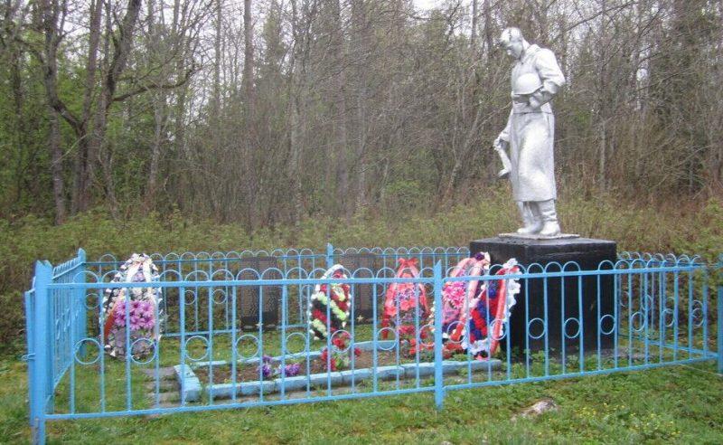 д. Жаднево Ржевского р-на. Памятник, установленный на братской могиле советских воинов.
