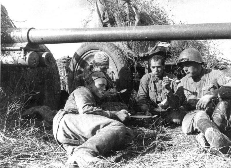 Артиллеристы обедают возле 76-мм дивизионных орудий Ф-22 на Западном фронте. Июль 1941 г.